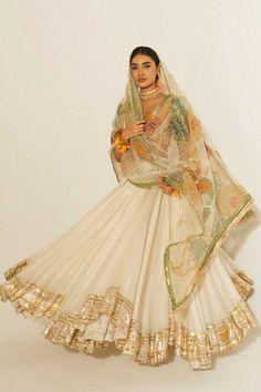 Pakistani Bridal Dresses Online, Indian Bridal Outfits, Indian Fashion Dresses, Dress Indian Style, Indian Designer Outfits, Mehendi Outfits, Lehenga Choli, Anarkali, Sarees