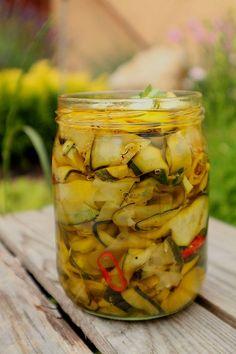 Cukinia marynowana w oliwie to świetny dodatek do kanapek i do mięs nie tylko tych grillowanych. szybka w przygotowaniu - efektowna i pyszna, poleca się Waszej uwadze :D