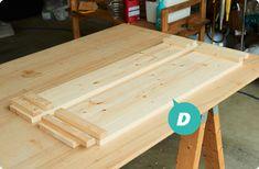 DIY初心者でも比較的簡単に作れる、木製キッチンテーブルの作り方をご紹介しています。天板の組み合わせを変えることで、用途に応じてスタイルを変えて使用可能。収納棚としても使えるので、自宅のキャンプ道具の収納棚にもピッタリです!