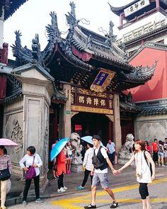 "42 Likes, 1 Comments - 小红熊 (@x.hongxiong) on Instagram: ""#中国 #上海生活 #上海市 #日常 #豫园 #城隍庙 #路 #风景 #逛街"""