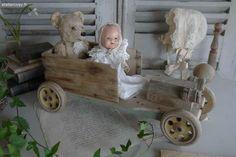 Jouet ancien , vieille voiture en bois Brocante de charme atelier cosy.fr Antique Dolls, Vintage Dolls, Belle Epoch, Teddy Bears, Decoration, Doll Toys, Art Dolls, Kids Toys, Baby Strollers