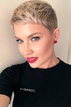 ❤️Cute blonde pixie cut and makeup. Short Sassy Hair, Super Short Hair, Short Hair Styles, Short Hair Cuts For Women Trendy, Buzz Haircut, Crop Haircut, Pixie Hairstyles, Cool Hairstyles, Short Pixie Haircuts