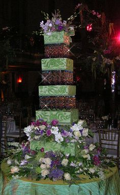 crystal wedding cake...   <3 THE CRYSTALS BUT WOULDN'T LIKE THE BILL FOR IT THOU :)
