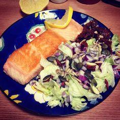 Lazac, saláta, aszalt paradicsom, citrom, olívaolaj, balzsamecet, hagyma, tökmag, napraforgó