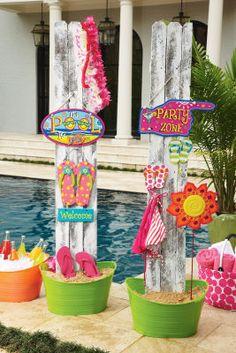 LA FIESTA DE LA PISCINA: decórala con antorchas de bambú, sombrillitas, gafas de sol y sombreros de paja. Regálale unas sandalias a tus invitados.