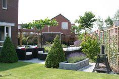 Tuin met zithoeken en watergoot