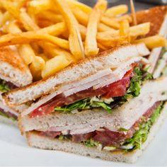 Este sandwich de desayuno deli es uno de los platos típicos que sirven para el desayuno en los delis de Nueva York. Hay variedades en las que se mantienen siempre el queso y el huevo (en forma de tortilla o revuelto), pero se sustituye el jamón cocido por lonchas de bacon pasadas por la sartén, o el pan de molde por bagels tostadas o panecillos de hamburguesa.