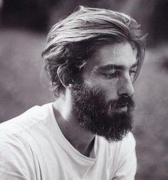 taglio-capelli-medi-uomo-stile-tendenza-hipster-ciuffo-indietro-barba-lunga