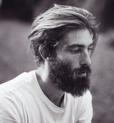 coupe de beau goss barbe hipster homme mi long