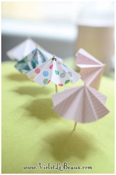 Easy DIY paper parasols or umbrellas. Nice for summer drinks, ice cream or cupcakes. Parapluutjes!