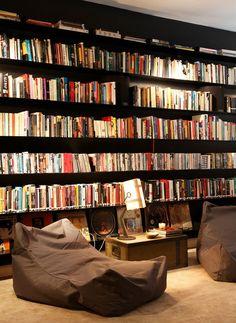 all black bookcase + more ideas in the link #decor #estante #bookcase