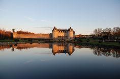Puddle le soleil couchant  #chateaudelarochecourbon #larochecourbon #charentemaritime #sky #castle #chateau #trésordesaintonge #saintonge