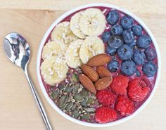 Acai, Berry and Baobab Breakfast Bowl 1 cup of strawberries a cup of blueberries - a cup of raspberries 2 medjool dates 1 tablespoon of almond butter 1 heaped tablespoon of acai powder 1 heaped teaspoon of baobab powder Superfood Recipes, Raw Food Recipes, Brunch Recipes, Cooking Recipes, Raw Vegan Breakfast, Breakfast Bowls, Healthy Eating Meal Plan, Healthy Eats, Clean Eating