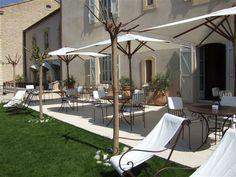 Jardin et transats de l'hotel spa de luxe dans le Luberon Spa Luxe, Palace, Luberon Provence, Courtyards, Travelling, World, Outdoor Decor, Home Decor, Gardens