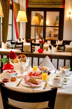 Reichhaltiges Frühstücksbuffet im IMLAUER & Bräu Hotel Salzburg. Das Hotel, Restaurant, Table Settings, Place Settings, Restaurants, Dining Room