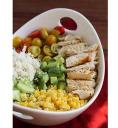 Salade d'été : Poulet, maïs, tomates, avocat et féta
