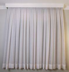 Minha cortina blackout com trilho suiço para o quarto de casal. O blackout em tecido tem a função de escurecer o ambiente mas ele pode ser encontrado em