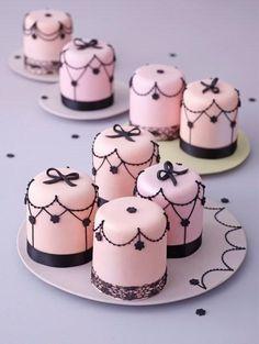 für eine Paris Party / Tiny and sweet.for a Paris Theme Party Mini Wedding Cakes, Mini Cakes, Cupcake Cakes, Cup Cakes, Mini Desserts, Baby Cakes, Paris Party, Paris Theme, Little Cakes