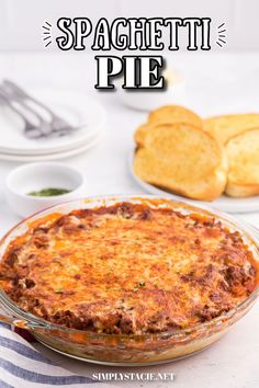 Spaghetti Pie - Lasagna + spaghetti = a big family hit! Using simple pantry ingredients, along with ground beef, and chili powder, this is a delicious crowd-pleasing meal. Spaghetti Pie Recipes, Spaghetti Casserole, Baked Spaghetti, Pasta Recipes, Soup Recipes, Cooking Recipes, Yummy Appetizers, Casserole Recipes, Easy Dinner Recipes
