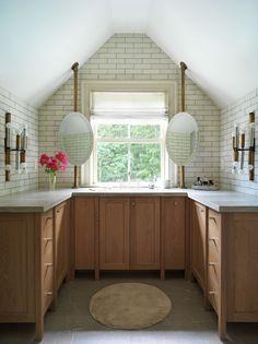 Baño principal Pierre Frey, Vintage Sofa, Vintage Home Decor, Hamptons House, The Hamptons, Estilo Art Deco, Vintage Wall Sconces, Iron Chandeliers, Home Decor Pictures