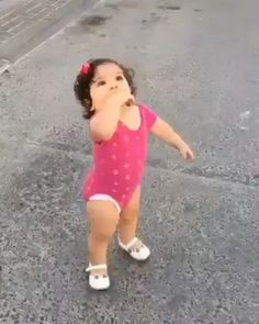 Baby sister loves it when her brother comes home Cute Funny Baby Videos, Funny Baby Memes, Cute Funny Babies, Funny Videos For Kids, Funny Cute, Cute Baby Pictures, Baby Photos, Beautiful Children, Beautiful Babies
