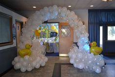Fav Elements: Balloon structures that look like mounting bathtime bubbles, giant rubber duck balloons, blue balloons with white polka dots, buttons glued onto plain flatware. Baby Shower Decorations For Boys, Boy Baby Shower Themes, Baby Shower Balloons, Baby Boy Shower, Rubber Ducky Birthday, Bubble Birthday, Rubber Ducky Party, Ducky Baby Showers, Rubber Ducky Baby Shower