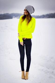 Den Look kaufen: https://lookastic.de/damenmode/wie-kombinieren/pullover-mit-rundhalsausschnitt-enge-jeans-stiefeletten-muetze-guertel-sonnenbrille/5879 — Graue Mütze — Braune Sonnenbrille — Gelbgrüner Pullover mit Rundhalsausschnitt — Brauner Ledergürtel — Dunkelblaue Enge Jeans — Beige Wildleder Stiefeletten