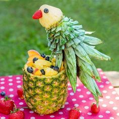 Papagei aus Ananas Obstschüssel Foodie selbstgemacht Parrot made of pineapple fruit bowl Foodie homemade Tropical parrot fruit salad L'art Du Fruit, Deco Fruit, Fruit Art, Fruit Trays, Fruit Snacks, Fruit Buffet, Fruit Bowls, Fruit Cups, Fruit Tables