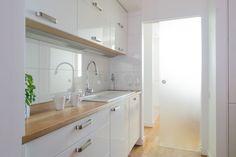 Biała kuchnia z dębowym, olejowanym blatem. Szklane przesuwane drzwi, które oddzielają pokój dzienny od sypialni w ciągu dnia pełnią rolę świetlika - przez nie wpada słoneczne światło i rozjaśnia ją. Kitchen Dining, Kitchen Cabinets, Translucent Glass, Layout, Beautiful Kitchens, Storage, Furniture, Home Decor, Type 3