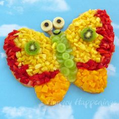 Butterfly fruit pizza recipe, edible crafts, summer food, kids party treat, dessert recipes for kids L'art Du Fruit, Fruit Art, Fresh Fruit, Fruit Salad, Fruit Plate, Fun Fruit, Fruit Food, Fruit Dessert, Dessert Pizza
