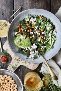Geroosterde kikkererwten salade met sesam-honing dressing - Beaufood Feta Dip, Greens Recipe, Cobb Salad, Salads, Avocado, Food And Drink, Veggies, Healthy Eating, Vegetarian
