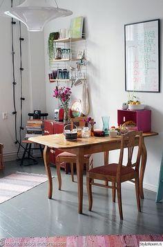 """Jäsenellä """"SaijaCosyhome"""" on pirteä ruokailutila täynnä värikkäitä yksityiskohtia #keittiö #ruokapöytä #styleroom #inspiroivakoti #värikäs Comfort Zone, Mid-century Modern, Mid Century, Dining Table, Interior Design, Retro, Kitchen Ideas, Furniture, Home Decor"""