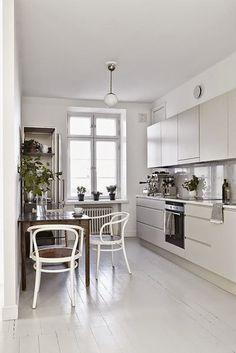 weiße Altbauküche