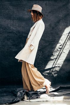 Brown fedora, white long linen blazer, white t-shirt, beige flare pants, brown sandals - Neutrals, neutral colors, neutral tone outfit, neutral outfit, neutral color outfit, spring outfit, summer outfit, casual outfit, fashion trends 2018, fashion 2018, spring style, stylish, street style, spring outfit.