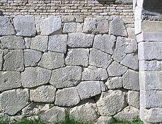 Opera poligonale - (opus poligonalis, opus siliceum) è una tecnica di costruzione antica diffusa nell'Italia centrale, tra il VII ed il IV secolo a.C. e impiegata anche in altre epoche storiche. Consiste nella sovrapposizione di massi in pietra non lavorati o poco lavorati, anche di notevoli dimensioni, senza ausilio di malta o altri leganti. Lo stesso peso dei massi utilizzati assicura la stabilità delle strutture.
