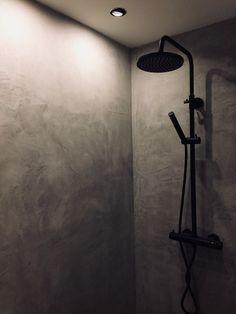 Douche in VERBAU-betonstuc #01/64 steenkool. #betonstuc #betoncire #microcement #naadloos #waterdicht #zondertegels #dhz Organizing, Organization, Shops, Bath Light, Bathroom Ideas, Bathrooms, Boat, Inspiration, Home Decor
