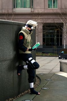 Kakashi Hatake by *Suki-Cosplay on deviantART. Anyone else notice that he's even reading Make-out Tactics? I don't like Naruto as a whole, but Kakashi is great! Kakashi Hatake, Naruto Shippuden, Boruto, Sarada Uchiha, Naruhina, Cosplay Anime, Cat Cosplay, Naruto Cosplay, Epic Cosplay