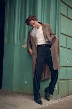 Actor Robert Pattinson lands the cover story of Interview Magazine's November 2018 edition captured by fashion photographer Ryan McGinley. Styling is work of Mel Ottenberg, with beauty from hair stylist Thom Priano, and makeup artist Susie Sobol. Beautiful Boys, Pretty Boys, Beautiful People, Edward Cullen, Cameron Boyce, Twilight Edward, Twilight Saga, Willem Dafoe, Robert Douglas