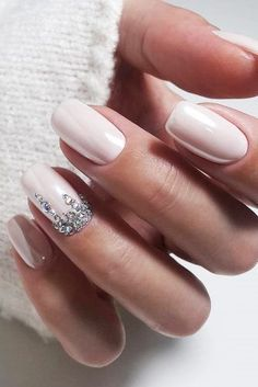 The advantage of the gel is that it allows you to enjoy your French manicure for a long time. There are four different ways to make a French manicure on gel nails. Wedding Day Nails, Wedding Manicure, Wedding Nails Design, Wedding Nails For Bride Natural, Simple Wedding Nails, Wedding Makeup, Simple Nails, Weding Nails, Glitter Wedding Nails