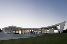 This is a modern house designed by Mario Martins, located in Lagos, Portugal. Colunta House has curve shape with white as the main color, makes it look like a Design Villa Moderne, Modern Villa Design, Architecture Cool, Innovative Architecture, Facade Design, House Design, Exterior Design, Conception Villa, Mario Martin