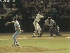 Este varón que se hace unos movimientos de Matrix al atrapar la bola: | 24 GIFs que prueban que puede pasar absolutamente de todo en deportes