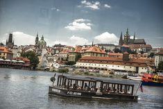Patentní člun Vodouch s panoramatem Hradčan v pozadí   Pražské Benátky