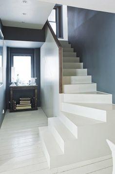j'aime beaucoup le contraste proposé par ce mur bleu et cet escalier blanc. La mise en valeur des volumes est réussie !
