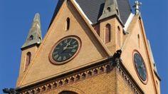 Zeit für Kirche: Blick auf die gerade restaurierte Turmuhr der St. Stephanuskirche in Halle an der Saale