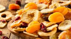 How to dehydrate fruit , The dehydrated fruit They can become healthy treats or snacks for children and adults, because we can not only eat them alone, but also accompanied by. Fruits Deguises, Dessert Aux Fruits, Healthy Fruits, Fruits And Veggies, Healthy Snacks, Healthy Recipes, Free Recipes, Fruit Sec, Non Perishable Foods