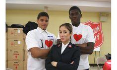 Leutnantin Stephanie Rivera mit Jugendlichen vom Bridgeport Corps Community Center in den USA