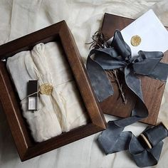 Gift box with beautiful gift wrapping and a ribbon with wax seal Creative Gift Wrapping, Creative Gifts, Foto Gift, Wooden Photo Box, Photographer Packaging, Business Invitation, Photo Packages, Cute Packaging, Packaging Design