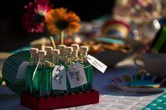 """Bottigliette con la scritta """"Drink me"""" piene dì liquido misterioso in perfetto stile Alice nel Paese delle Meraviglie"""