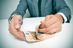 Über Geld spricht man nicht - doch trotzdem vergleichen wir uns ständig mit Kollegen oder Freunden. Aber welcher Studiengang bringt das meiste Gehalt? Und in welcher Branche wird am besten bezahlt?