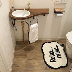 家の中で一番小さい空間のトイレ。だけど、毎日使うし、トイレが素敵だと毎日のテンションも上がっちゃいますよね♡家族だって、お客さまだって、トイレが素敵だと印象もいい。素敵なトイレにするには……まずはトイレマット!一番目に付くし、トイレの印象を決めるといっても過言ではないかも。 Laundry In Bathroom, Small Bathroom, Outdoor Toilet, Mud House, Crochet Storage, Guest Toilet, Minimal Bathroom, Kitchen And Bath, Decor Styles